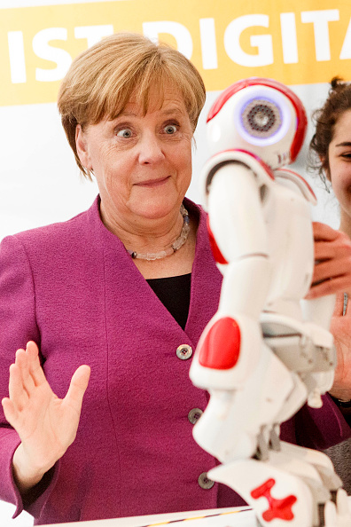 笑顔「Chancellery Holds Annual Girls' Day」:写真・画像(11)[壁紙.com]