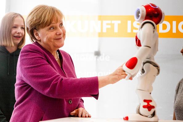 Robot「Chancellery Holds Annual Girls' Day」:写真・画像(6)[壁紙.com]