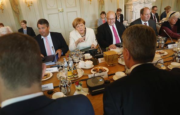 閣僚「Government Holds Cabinet Retreat」:写真・画像(18)[壁紙.com]