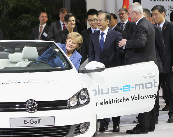 Wolfsburg - Lower Saxony「Wen Jiabao Visits Volkswagen Factory」:写真・画像(16)[壁紙.com]