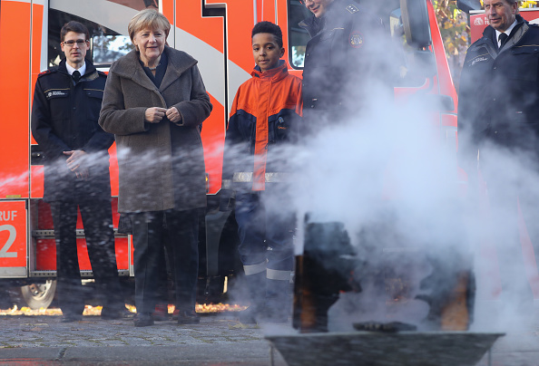 Hose「Merkel Visits Youth Fire Department Ahead Of Integration Summit」:写真・画像(18)[壁紙.com]