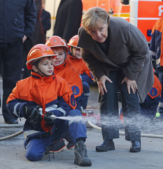 Hose「Merkel Visits Youth Fire Department Ahead Of Integration Summit」:写真・画像(17)[壁紙.com]