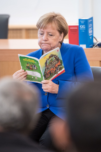 Learning「Merkel Visits Refugees Class On Constitutional State」:写真・画像(14)[壁紙.com]