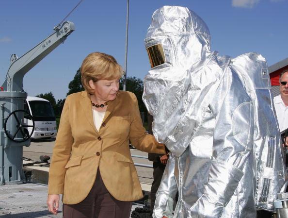 Close To「Merkel Visits Navy School」:写真・画像(6)[壁紙.com]