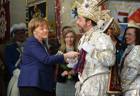 Human Interest「Angela Merkel Receives Carnival Pairs」:写真・画像(2)[壁紙.com]