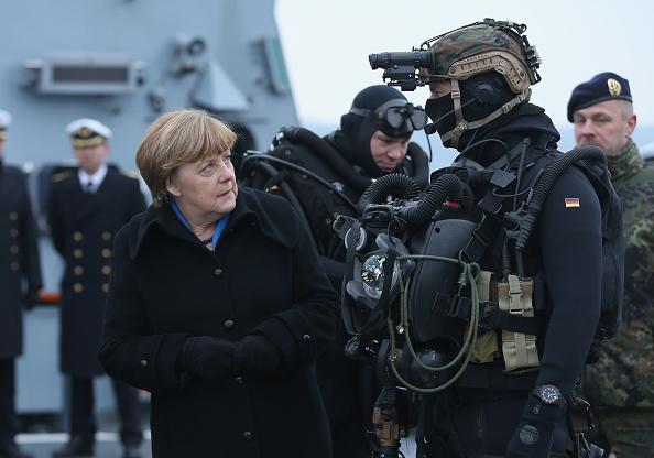 キール「Chancellor Merkel Visits German Navy First Flotilla」:写真・画像(14)[壁紙.com]