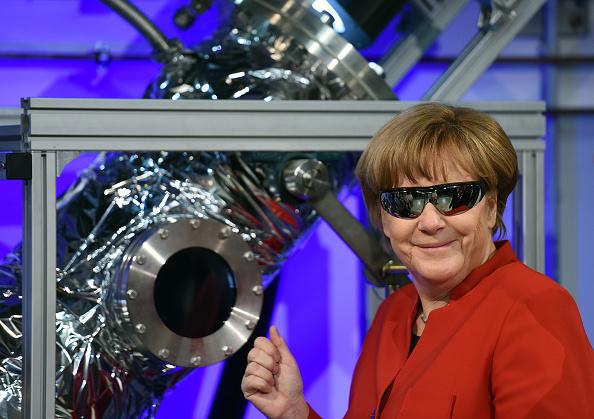 笑顔「Merkel Visits ESA Astronauts Training Center」:写真・画像(16)[壁紙.com]