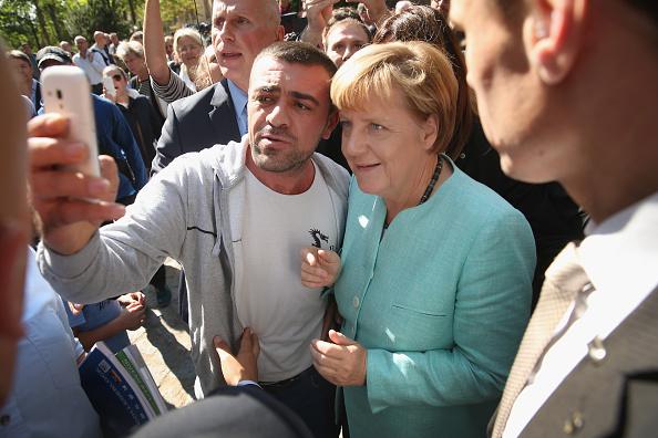 2015「Merkel Visits Migrants' Shelter And School」:写真・画像(4)[壁紙.com]