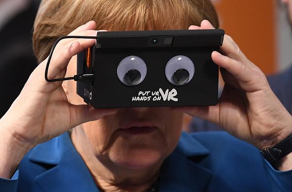 Politics「Obama Visits Exhibition Halls At Hanover Trade Fair」:写真・画像(10)[壁紙.com]