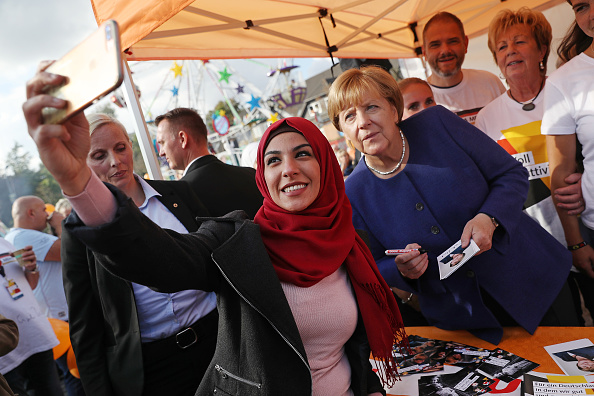 Photography Themes「Merkel Visits Local Fest In Stralsund」:写真・画像(17)[壁紙.com]