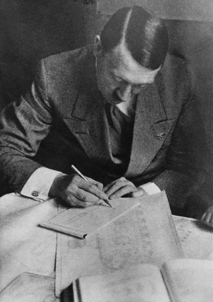 Pencil「Hitler's Plans」:写真・画像(6)[壁紙.com]