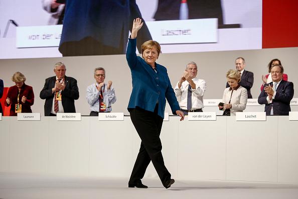 Waving - Gesture「CDU Holds Federal Party Congress To Elect Successor To Angela Merkel」:写真・画像(13)[壁紙.com]