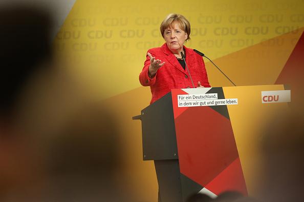 Waist Up「Merkel Campaigns In Schwerin」:写真・画像(2)[壁紙.com]