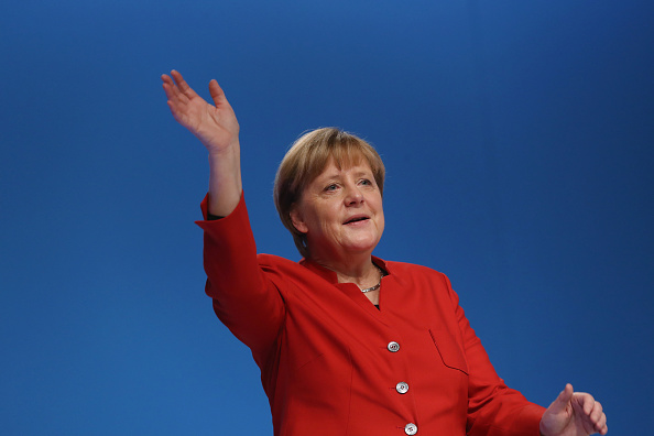 Waving - Gesture「Christian Democrats (CDU) Hold Federal Convention」:写真・画像(1)[壁紙.com]