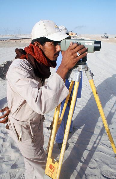 Indian Subcontinent Ethnicity「Surveyor in Dubai desert, UAE, Dubai.」:写真・画像(14)[壁紙.com]
