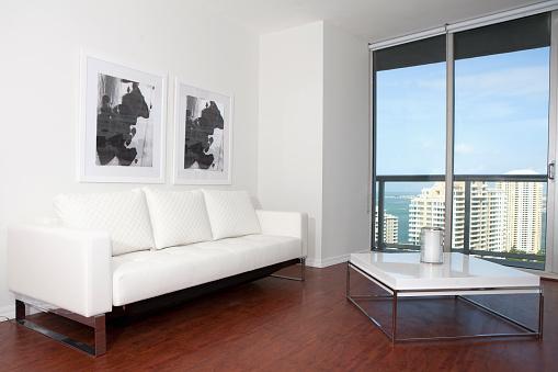 Gulf Coast States「Sofa, coffee table and windows in modern living room」:スマホ壁紙(0)