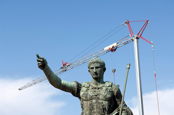 Crane - Construction Machinery「Roman statue and construction crane, Rome, Italy」:写真・画像(1)[壁紙.com]