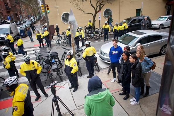 Center City - Philadelphia「Philadelphia Police Arrest Of Two Black Men In Starbucks, Prompts Apology From Company's CEO」:写真・画像(7)[壁紙.com]