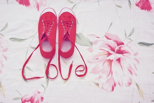 バレンタインデー「Red sneakers with shoelaces spelling the word love」:スマホ壁紙(12)