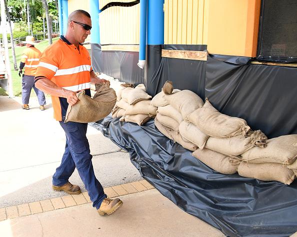 Sandbag「Townsville Residents Prepare For Cyclone Debbie To Reach Queensland」:写真・画像(6)[壁紙.com]