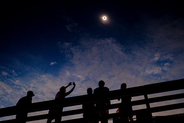 雲「Solar Eclipse Visible Across Swath Of U.S.」:写真・画像(0)[壁紙.com]