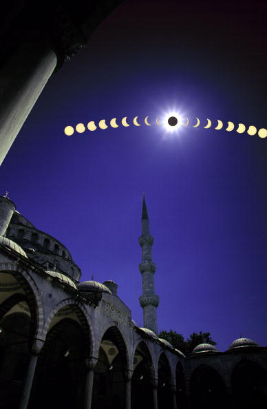 Motion「Solar Eclipse Multiple Exposure Composite As It Is Viewed From The Famous Blue Mosque In Istanbul T」:写真・画像(15)[壁紙.com]