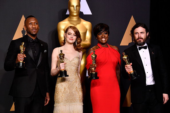Holding「89th Annual Academy Awards - Press Room」:写真・画像(18)[壁紙.com]