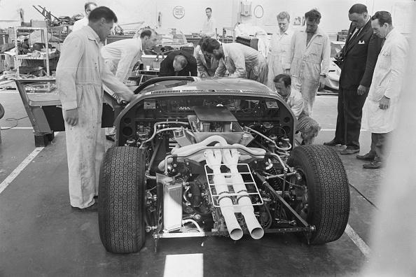 Auto Racing「Mechanics Assembling The Ford GT40」:写真・画像(0)[壁紙.com]