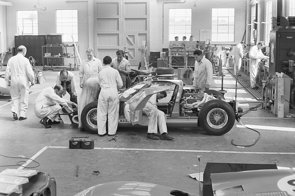 Auto Racing「Mechanics Assembling The Ford GT40」:写真・画像(8)[壁紙.com]