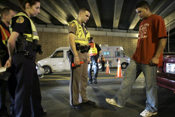 Drunk Driving「Miami Police Erect DUI Checkpoints During Holiday Season」:写真・画像(4)[壁紙.com]