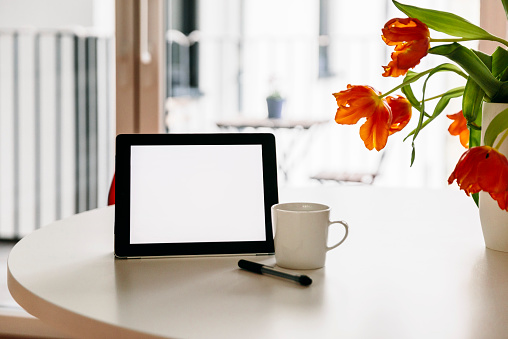 Portability「Tablet PC, stylus and a coffee cup on a white round table with red tulips」:スマホ壁紙(18)