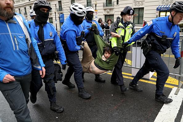 抗議者「Protesters And Trump Supporters Gather In D.C. For Donald Trump Inauguration」:写真・画像(17)[壁紙.com]