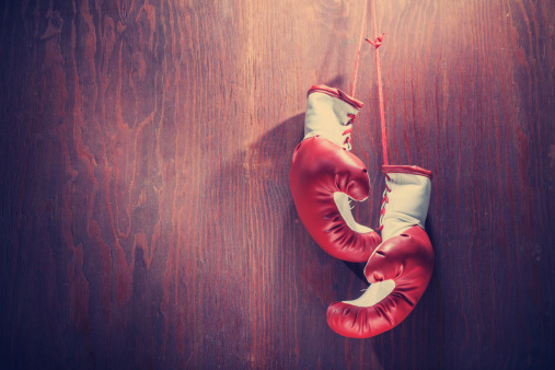 Fighting「White and red boxing gloves hanging from wood background」:スマホ壁紙(7)