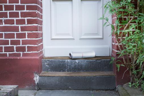 Brick Wall「Newspaper on doorstep」:スマホ壁紙(9)