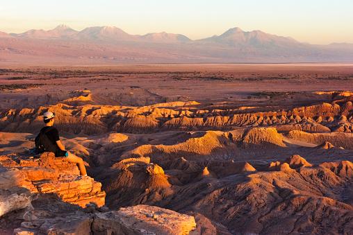Unrecognizable Person「Tourist watching Valle de la Luna (Moon Valley) at sunset, San Pedro de Atacama, Antofagasta Region, Chile」:スマホ壁紙(3)