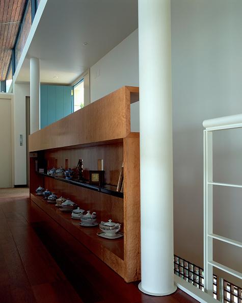 Teapot「View of few teapots arranged on shelves」:写真・画像(8)[壁紙.com]