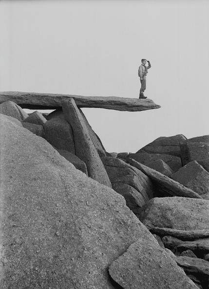 立つ「Man Standing On Shard Of Rock」:写真・画像(16)[壁紙.com]