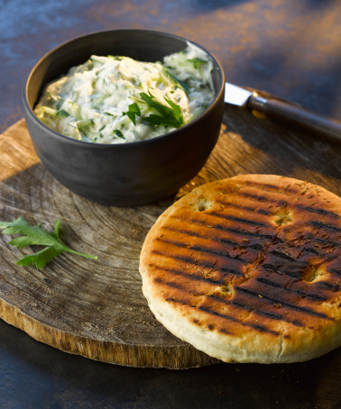 Tzatziki「bowl of tzatziki with grilled bread on wooden board, close up」:スマホ壁紙(7)
