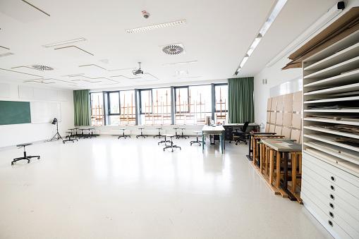 Art「Contemporary Empty School Art Classroom, Europe」:スマホ壁紙(3)