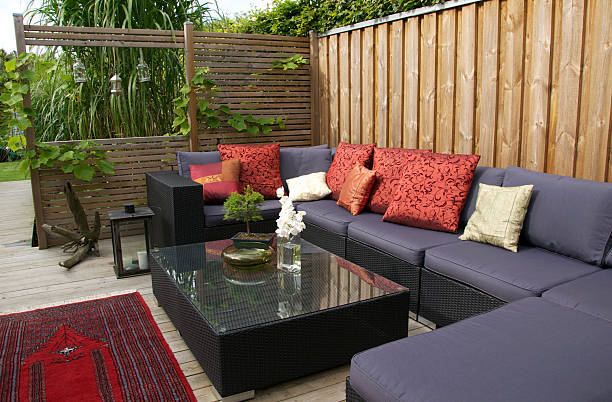 Contemporary patio with large wicker sofa. Garden design:スマホ壁紙(壁紙.com)