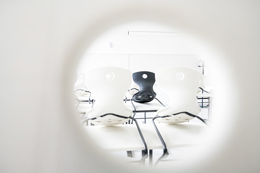State School「Contemporary Empty Classroom with White and Black Chairs」:スマホ壁紙(12)