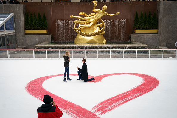 バレンタイン「Valentine's Day Marriage Proposal Takes Place At Rockefeller Center Ice Rink」:写真・画像(6)[壁紙.com]