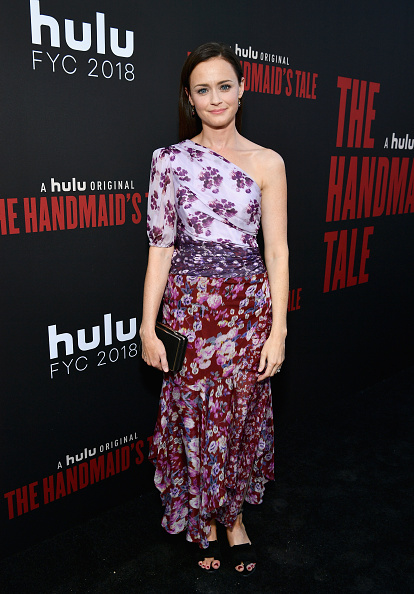 "Asymmetric Clothing「""The Handmaid's Tale"" Hulu Finale」:写真・画像(14)[壁紙.com]"