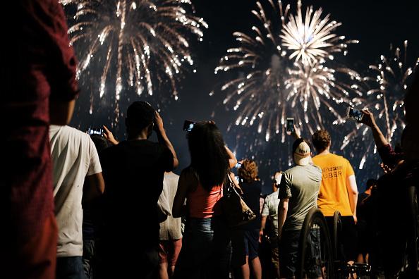 Firework Display「Fireworks Light The Skies Over New York City On The 4th Of July」:写真・画像(5)[壁紙.com]