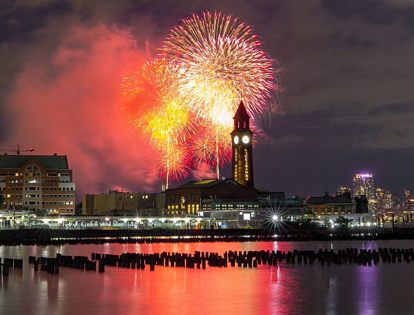 Firework Display「Annual Macy's 4th Of July Fireworks In NYC Spread Out Over Six Nights」:写真・画像(17)[壁紙.com]