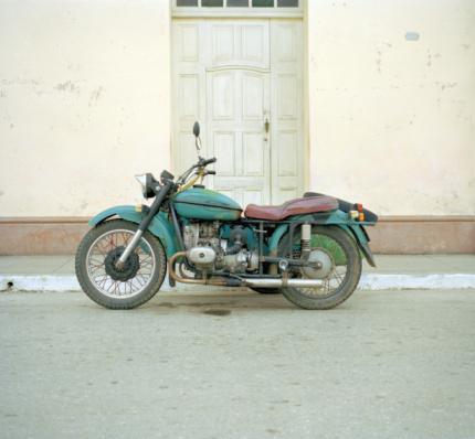 Motorcycle「Old motorcycle on street, side view」:スマホ壁紙(8)