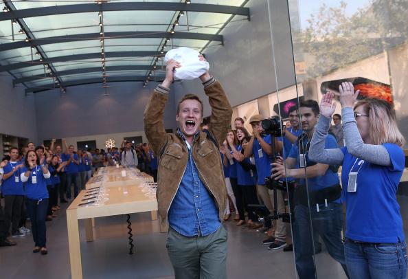 アップルストア「Apple's iPhone 6 and 6 Plus Go On Sale」:写真・画像(11)[壁紙.com]