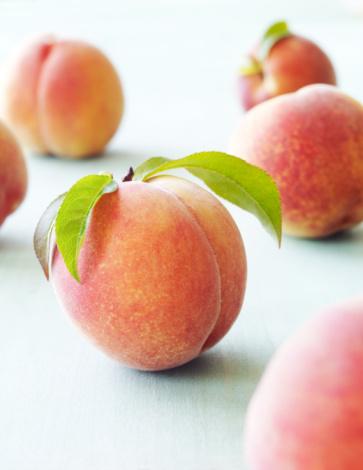 Peach「Peaches on Wood Surface」:スマホ壁紙(18)