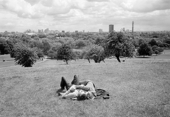 Adults Only「UK, London, Primrose Hill, couple relaxing in park on summers day」:写真・画像(9)[壁紙.com]