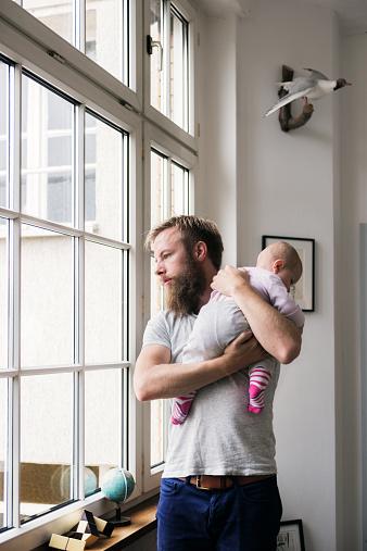 女「Young Father With Newborn Baby」:スマホ壁紙(5)